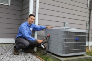 tech-working-on-outdoor-ac-unit
